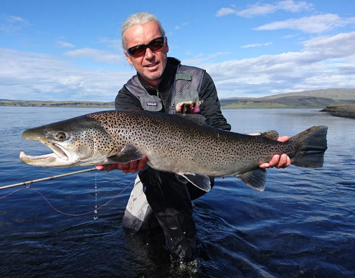 Angelguide Uwe Rieder mit einem großem Lachs